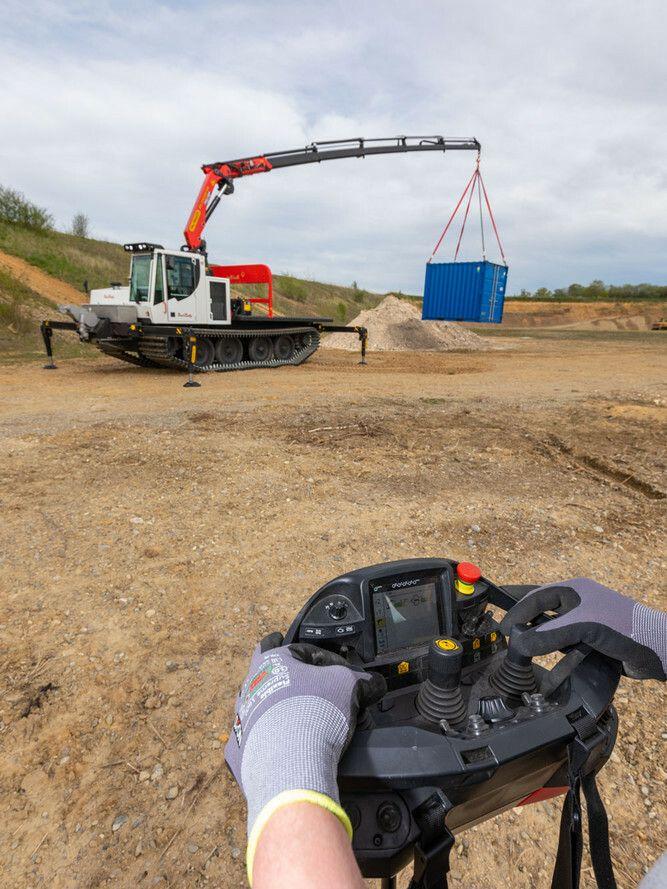 PowerBully Kettennutzfahrzeuge können per Fernbedienung gesteuert werden.